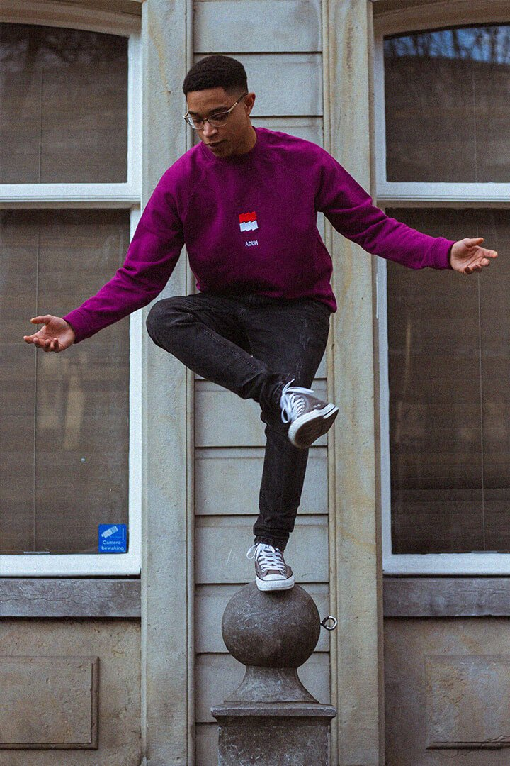 Man balanceert op paal met paarse ADUH 3D Trui