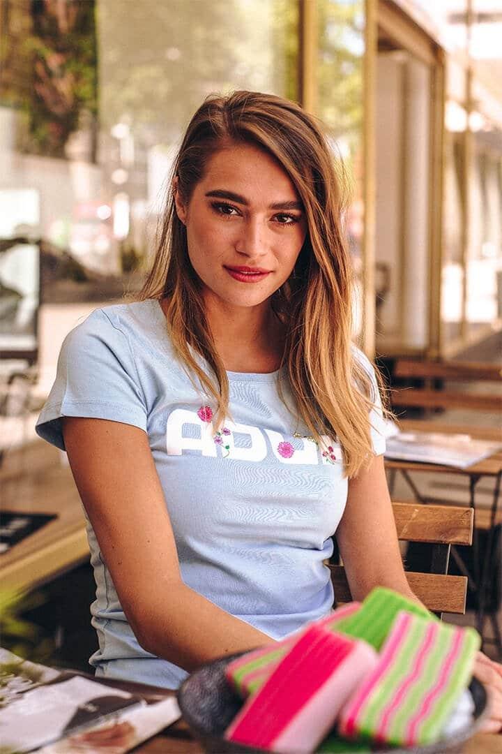 Vrouw met ADUH Flora shirt aan